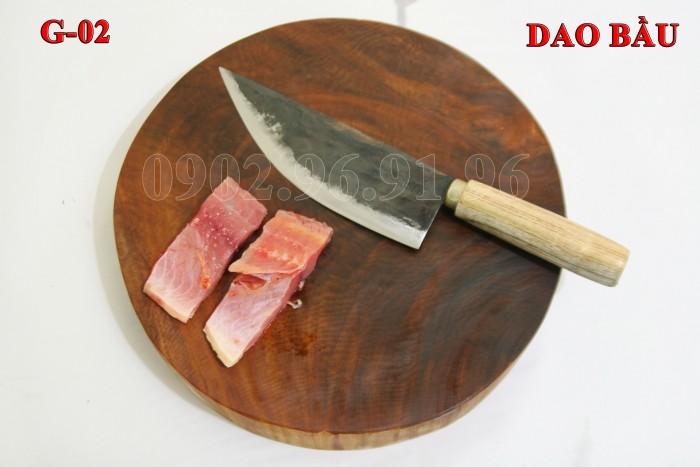 Đặc điểm: mỏng, nhẹ, bản rộng vừa phải, chuôi gỗ tiện, cầm rất êm tay. + Công dụng: Chuyên thái, lọc thịt, cá. làm lòng gà, cá... hoặc khoét các góc cần độ sắc nhọn. + Chất liệu: 100% thép nhíp ô tô + Chiều dài tổng thể : 32- 37cm (lưỡi dao dài 18-21cm, Chuôi dao dài 12-15cm) + Chiều rộng: 5-7cm. DAO BẦU PHÚC SEN - CAO BẰNG + Trọng lượng: 200g - 300g + bảo hành 12 tháng bằng hóa đơn mua hàng. đổi, trả trong vòng 30 ngày nếu không ưng ý về sản phẩm. Giá 185.000đ