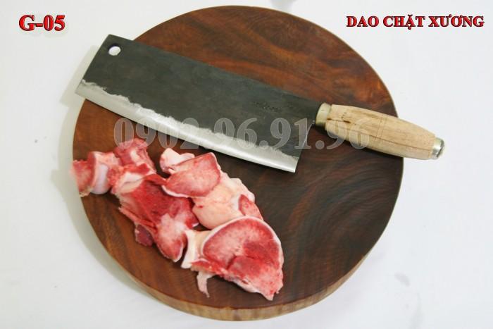 DAO CHẶT XƯƠNG PHÚC SEN - CAO BẰNG Đặc điểm: Đầm tay, dầy mình, chuôi gỗ nên cầm rất êm tay. + Công dụng: Chuyên chặt các loại xương cứng như xương ống lợn, xương trâu, bò. có thể chặt thịt gà, thịt vịt cũng rất tốt + Chất liệu: 100% thép nhíp ô tô + Chiều dài tổng thể : 36-41cm (lưỡi dao dài 24-26cm, Chuôi dao dài 12-15cm) + Chiều rộng: 7-9cm. + Trọng lượng: 750-850g + bảo hành 12 tháng bằng hóa đơn mua hàng. đổi, trả trong vòng 30 ngày nếu không ưng ý về sản phẩm. Giá 230.000đ