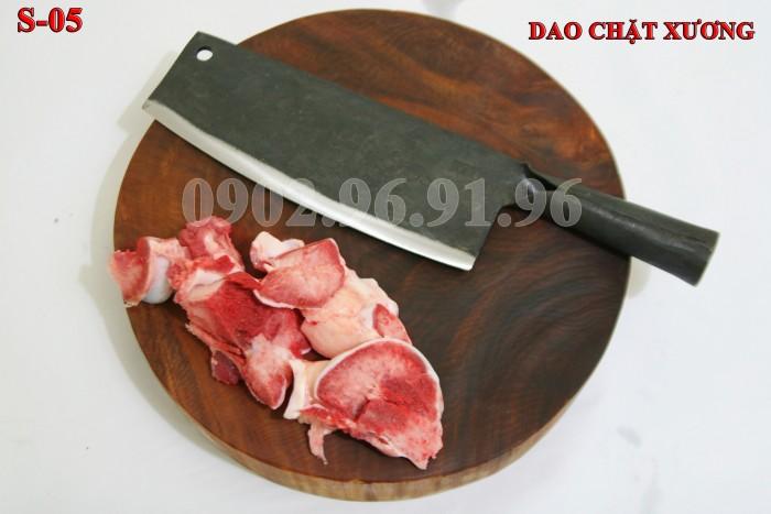 DAO CHẶT XƯƠNG PHÚC SEN - CAO BẰNG Đặc điểm: Đầm tay, dầy mình, chuôi sắt nên rất chắc và bền. + Công dụng: Chuyên chặt các loại xương cứng như xương ống lợn, xương trâu, bò. có thể chặt thịt gà, thịt vịt cũng rất tốt + Chất liệu: 100% thép nhíp ô tô + Chiều dài tổng thể : 36-41cm (lưỡi dao dài 24-26cm, Chuôi dao dài 12-15cm) + Chiều rộng: 7-9cm. + Trọng lượng: 750-850g + bảo hành 12 tháng bằng hóa đơn mua hàng. đổi, trả trong vòng 30 ngày nếu không ưng ý về sản phẩm. Giá 220.000đ