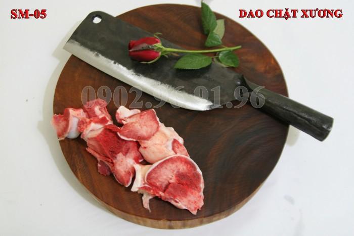 DAO CHẶT XƯƠNG PHÚC SEN - CAO BẰNG Đặc điểm: Đầm tay, dầy mình, chuôi sắt liền, rất chắc chắn và bền với thời gian. + Công dụng: Chuyên chặt các loại xương cứng như xương ống lợn, xương trâu, bò. có thể chặt thịt gà, thịt vịt cũng rất tốt + Chất liệu: 100% thép nhíp ô tô + Chiều dài tổng thể : 36-41cm (lưỡi dao dài 24-26cm, Chuôi dao dài 12-15cm) + Chiều rộng: 7-9cm. + Trọng lượng: 750-850g + bảo hành 12 tháng bằng hóa đơn mua hàng. đổi, trả trong vòng 30 ngày nếu không ưng ý về sản phẩm. Giá 220.000đ