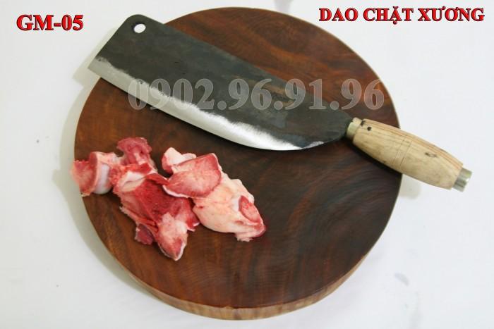 Đặc điểm: Đầm tay, dầy mình, chuôi gỗ nên cầm rất êm tay. + Công dụng: Chuyên chặt các loại xương cứng như xương ống lợn, xương trâu, bò. có thể chặt thịt gà, thịt vịt cũng rất tốt + Chất liệu: 100% thép nhíp ô tô + Chiều dài tổng thể : 36-41cm (lưỡi dao dài 24-26cm, Chuôi dao dài 12-15cm) + Chiều rộng: 7-9cm. DAO CHẶT XƯƠNG PHÚC SEN - CAO BẰNG + Trọng lượng: 750-850g + bảo hành 12 tháng bằng hóa đơn mua hàng. đổi, trả trong vòng 30 ngày nếu không ưng ý về sản phẩm. Giá 230.000đ