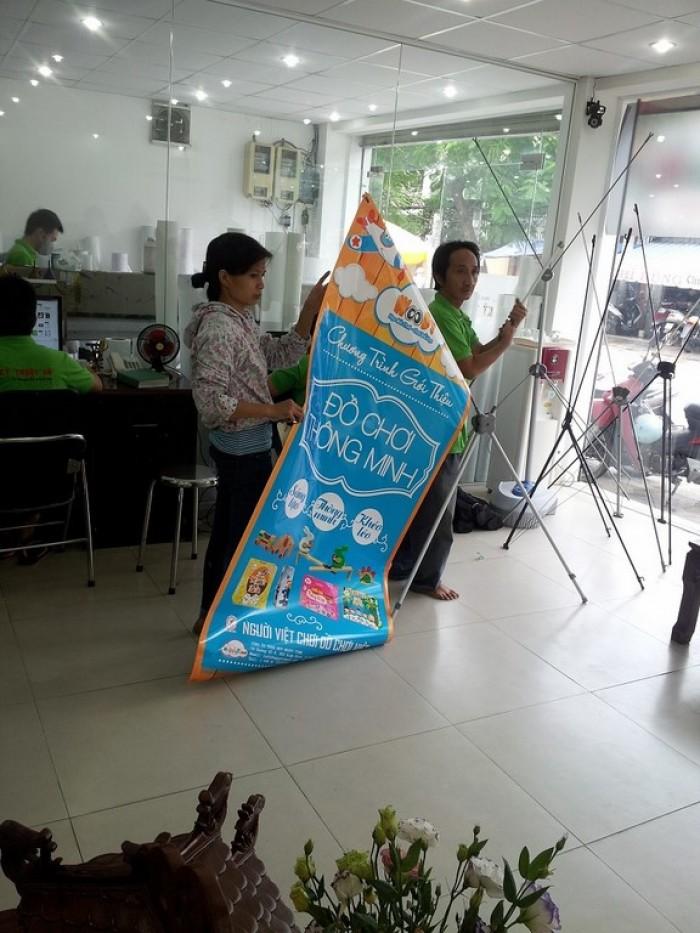 Tiến hành hướng dẫn khách hàng treo poster standee PP lên giá standee. Ngoài in ấn, C...
