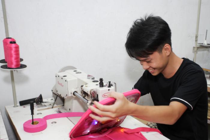 Từng công đoạn may gia công balo trẻ em được đội ngũ thợ may BaloTuiXach thực hiện tỉ mỉ, cẩn thận trên từng đường kim mũi chỉ, sử dụng hệ thống máy may hiện đại, vừa tăng tốc độ thực hiện đơn hàng, vừa đảm bảo hàng may đẹp, bền, chắc chắn