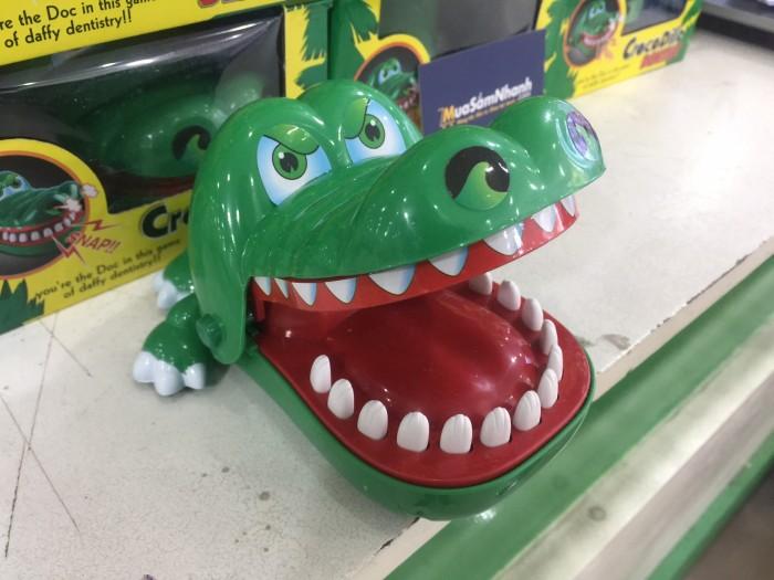 - Thử làm nha sĩ khám răng cho chú cá sấu nào, nhưng hãy cẩn thận đấy, chỉ cần lỡ tay ấn trúng chiếc răng đâu của chú ta, chú sẽ cắn tay bạn đó nhé. Nhưng đừng nghĩ rằng chú cá sấu ấy chỉ có đúng 1 chiếc răng đau đấy nhé, vị trí chiếc răng đau sẽ thay đổi sau mỗi lần chơi đấy.4