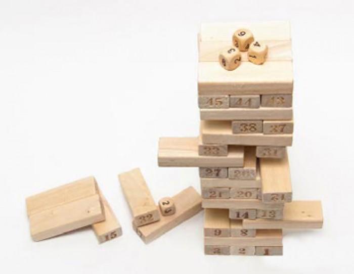 Bộ đồ chơi rút gỗ bao gồm 54 miếng gỗ và 4 xúc xắc được làm từ gỗ tự nhiên nên rất an toàn cho bé mỗi khi chơi.