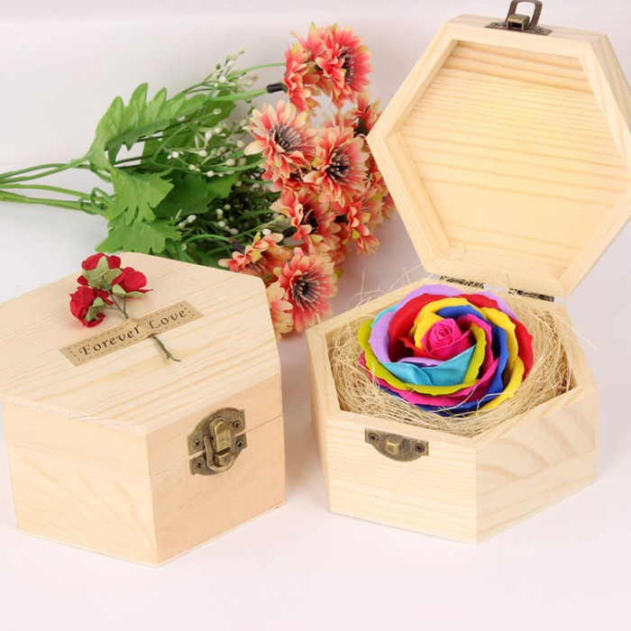 Với màu sắc tự nhiên, đẹp mắt, được tạo hình khéo léo từ sáp, có thể lưu được hương thơm từ 2 - 3 năm