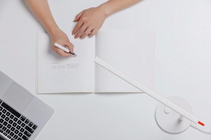 Chiếc đèn bàn này cung cấp độ sáng thích hợp cho mắt người dùng, không lo bị mỏi mắt, với mức giá hợp lý