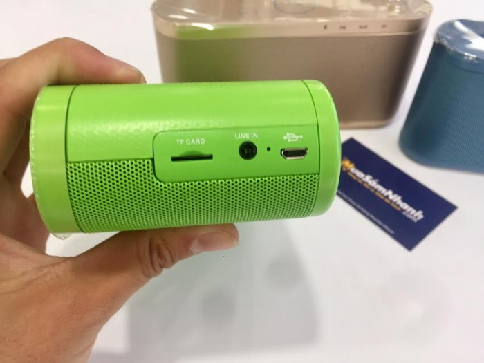 Phụ kiện của Kingone K9: dây sạc microUSB và cáp kết nối 3.5mm.