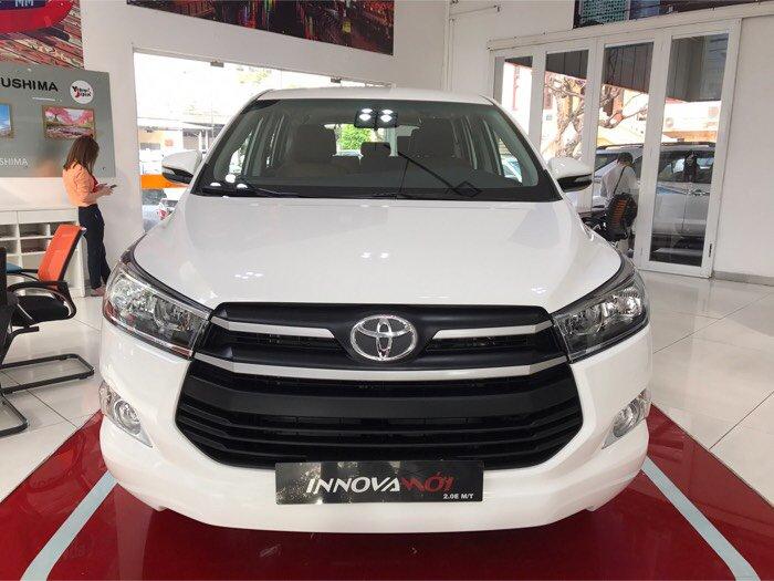 Bán Toyota Innova 2.0E, số sàn, màu Trắng, giao ngay, khuyến mãi 60 triệu, trả trước 190 triệu