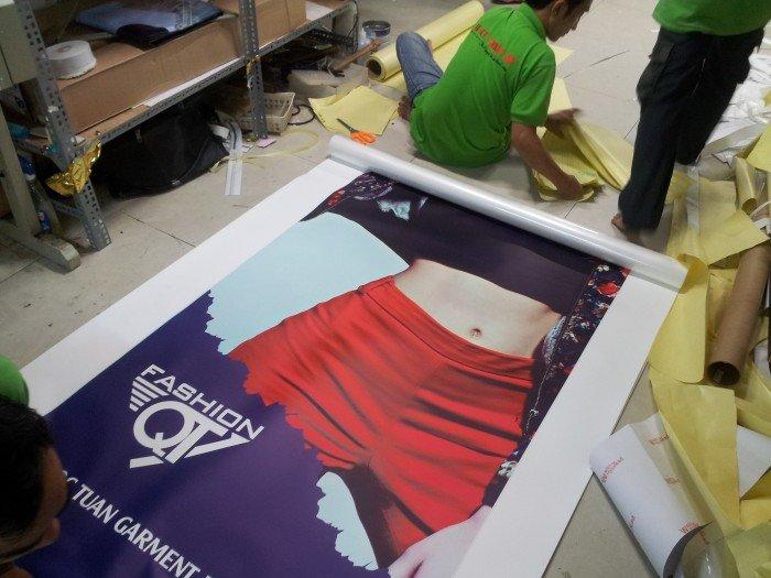 Cấu tạo từ giấy và màng mỏng giúp poster từ in PP có độ mỏng vừa phải, hìn...
