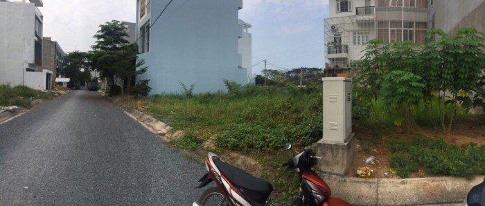 Kẹt tiền bán rẻ lô Đất góc 3 mặt tiền hẻm đường Chuyên Dùng 9, phường Phú Thuận, quận 7.