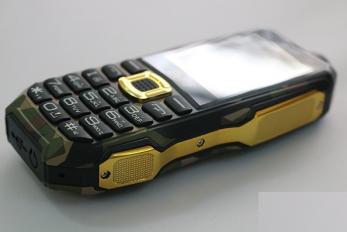 Hai bên viền (thân) máy được thiết kế bằng vỏ kim loại màu vàng được đánh bóng nhìn vô cùng sang trọng. Phần giữa của thân máy được thiết kế lõm vào tạo cảm giác chắc chắn khi sử dụng.