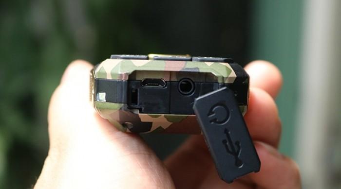 Hình ảnh trên là cổng sạc pin (bên trái) và cổng tai nghe chuẩn 3.5 mm (bên phải) của chiếc điện thoại loa to, pin khủng Land Rover F9