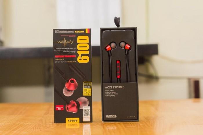 Tai nghe Remax RM-610D có housing làm bằng nhôm siêu nhẹ, tích hợp microphone và nút tăng giảm âm lượng tương thích cùng lúc với cả hệ điều hành IOS lẫn Android