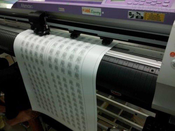 Bế tem nhãn giá rẻ bằng máy bế sử dụng công nghệ mắt thần Mimaki, cho thành phẩm đúng chuẩn kích thước và đảm bảo độ thẩm mĩ cao