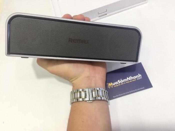 Kết nối không dây Bluetooth giúp người dùng có thể sử dụng smartphone, hay các thiết bị di động khác để điều khiển phát nhạc.3
