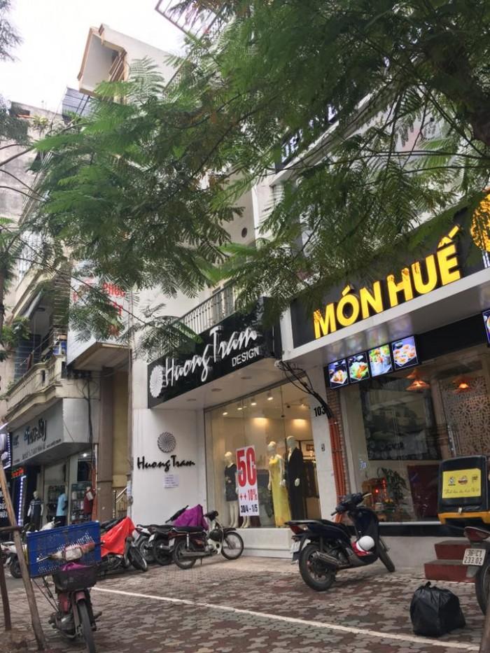 Bán nhà mặt phố Bà Triệu diện tích 370m2x 3 tầng, mt 30m giá thương lượng.