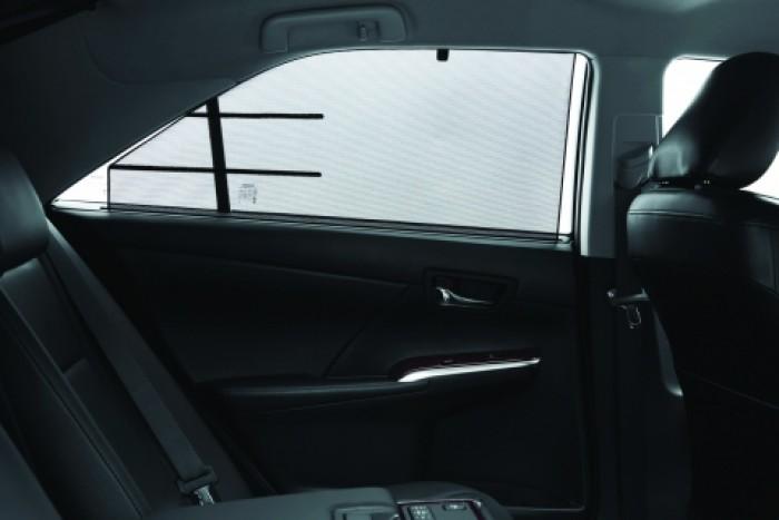 Rèm che nắng bên hông hàng ghế sau tạo không gian riêng tư và tăng vẻ sang trọng cho chiếc xe. Liên hệ: 096.695.6989 (Mr An - Trưởng nhóm bán hàng).