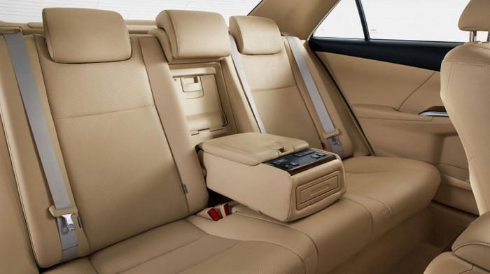 Hàng ghế thứ hai rộng rãi với bệ tì tay tích hợp nhiều chức năng, đem đến sự tiện lợi và thoải mái cho người ngồi sau. Hotline (24/7): 096.695.6989 (Mr An - Trưởng nhóm bán hàng).