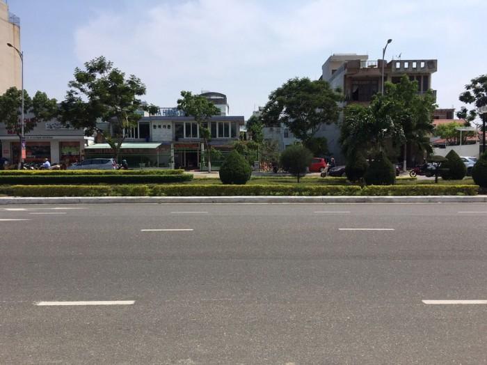 Bán khách sạn đang xây lên tầng 1, mt đường Phạm Văn Đồng.
