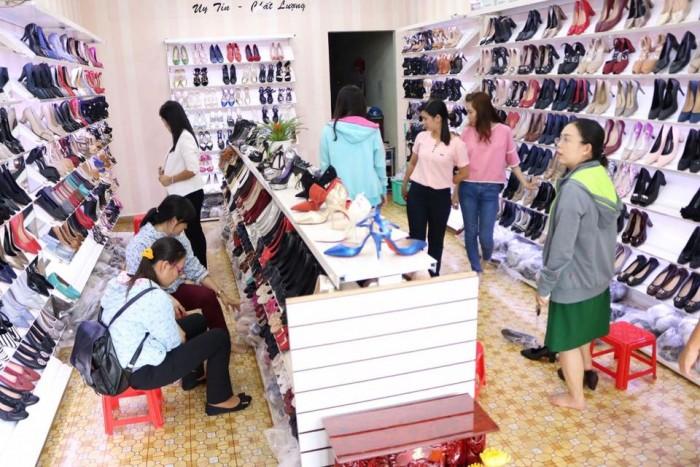 Sang lại gấp tiệm giày xuất khẩu đang kinh doanh tốt