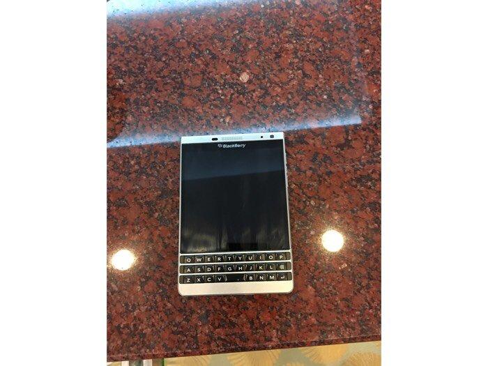 Cần bán điện thoại Blackberry mới 95%,còn hộp và đầy đủ phụ kiện.1