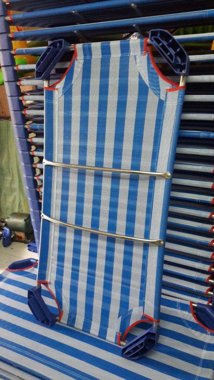 Giường lưới nhập khẩu , chân nhựa màu xanh đậm, khung kẽm D21 dày , ở giữa có 2 thanh tăng cường Inox2