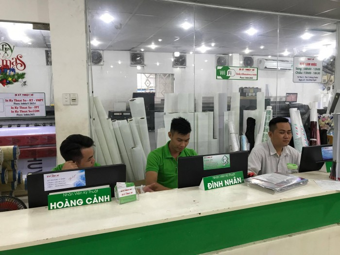 Nhân viên In Kỹ Thuật Số hỗ trợ khách hàng đặt in tại văn phòng công ty