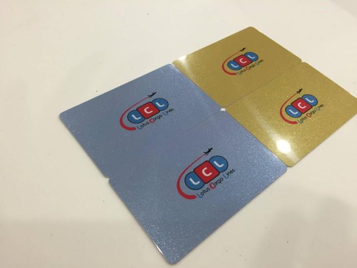 In thẻ nhựa giá rẻ với đầy đủ hỗ trợ gia công kéo từ, phủ nhũ, ánh kim,.....