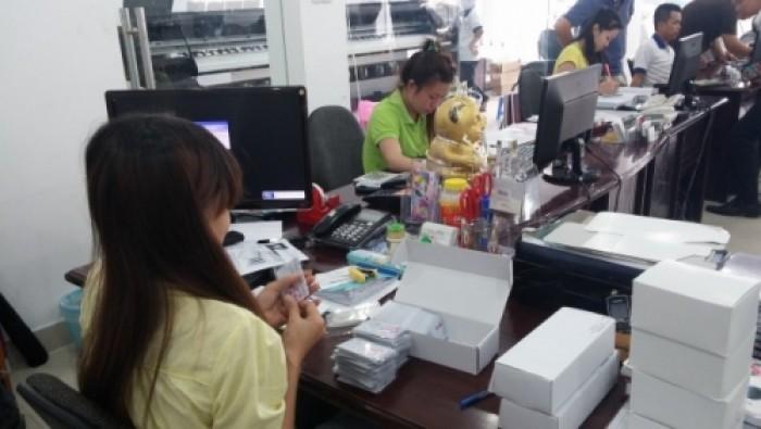 In Kỹ Thuật Số kiểm tra từng thẻ nhựa trước khi giao cho khách hàng