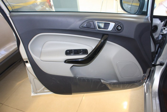 Cửa xe Ford Fiesta Titanium 2017, số tự động, vay trả góp chỉ 100 triệu, giao xe tháng 09/2017