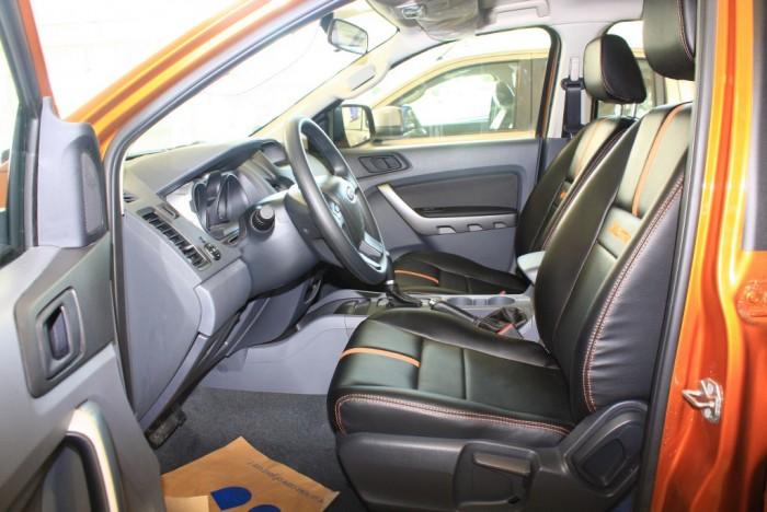 Ghế trước xe Ford Ranger Wildtrak 2.0L, số tự động, vay trả góp chỉ 150 triệu.