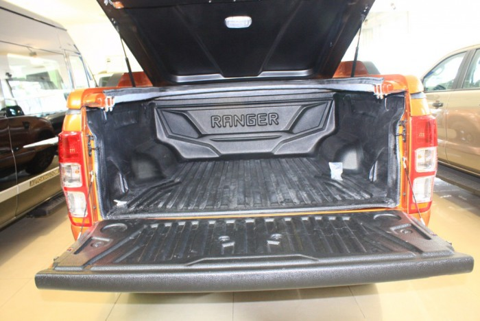 Thùng xe Ford Ranger Wildtrak 2.0L, số tự động, vay trả góp chỉ 150 triệu.
