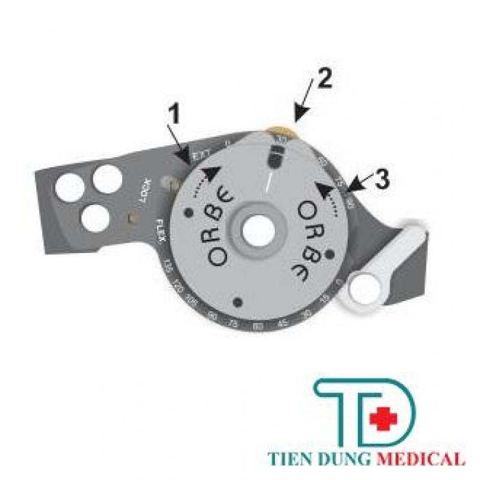 C Điều chỉnh gối duỗi: Ví dụ điều chỉnh gối duỗi ở 300 . Bước 1: Quay bánh xe về phía duỗi (ext) sao cho bật ra đĩa bi nhỏ từ bên trong. Bước 2: Chỉnh cho rãnh, đĩa bi nhỏ thẳng hàng ở số 30. Bước 3: Ấn giữ đĩa bi lọt vào bên trong, đồng thời quay vòng điều chỉnh về tư  thế khóa (lock).4