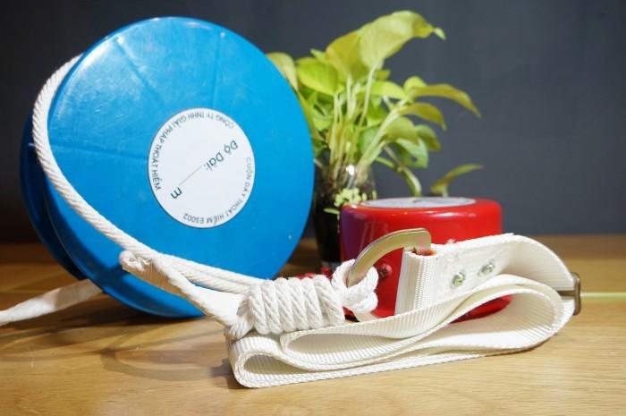 Ở hai đầu cuộn dây có thiết kế 2 đai an toàn, được làm bằng sợi tổng hợp chịu lực cao cấp, với bản to, giúp ôm sát được thân người sử dụng, nhưng vẫn đảm bảo độ dễ chịu trong suốt quá trình thoát hiểm, không gây đau hay mỏi lửng.