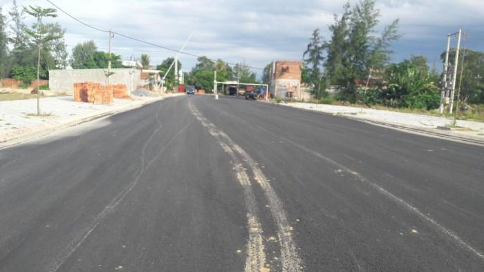 Bán 1 lô đất đường 27m gần chợ đã có sổ, diện tích 110m2 giá 504tr, cách biển 1km.