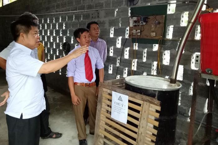 Lãnh đạo huyện tới thăm xưởng sản xuất tinh dầu