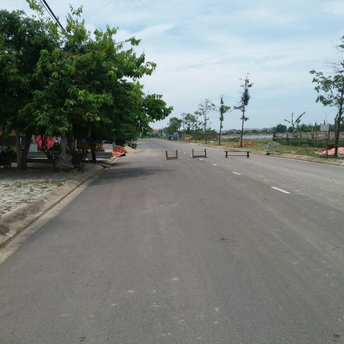 Cần tiền gấp bán rẻ lô đất đường 10m5 hướng nam cách chợ Non Nước Đà Nẵng 1km, giá rẻ