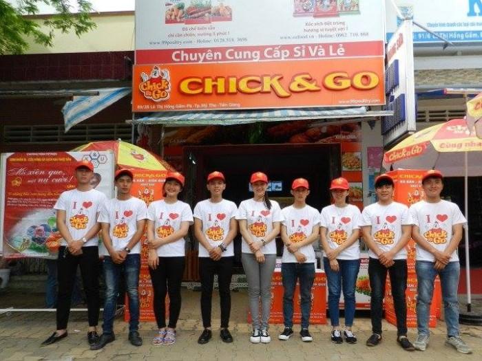 Đồng phục áo thun cổ tròn với thiết kế năng động, nổi bật hình ảnh thương hiệu của nhãn hàng CHICK & GO được thực hiện bởi AnnA UniForms