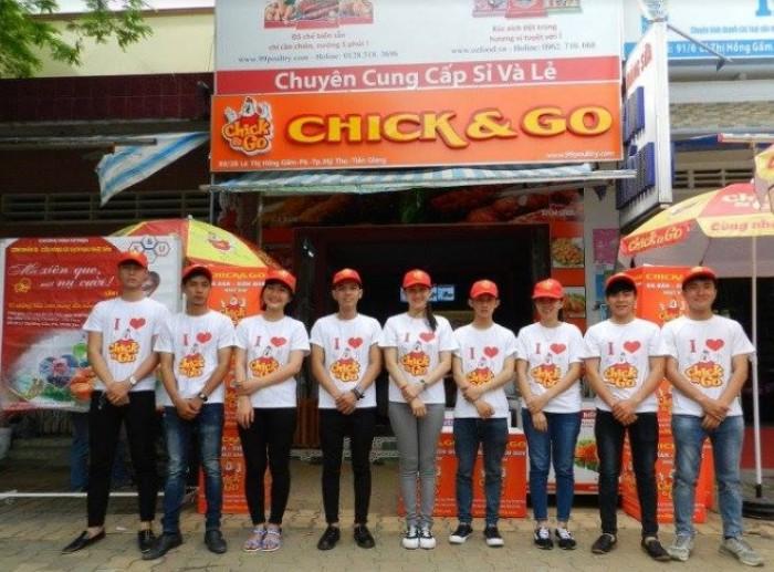 Áo thun đồng phục với thiết kế năng động, nổi bật hình ảnh thương hiệu của nhãn hàng CHICK & GO được thực hiện bởi AnnA Uniforms.