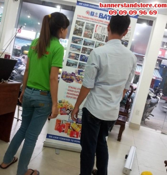 Khách hàng In Kỹ Thuật Số kiểm tra đơn hàng in poster lắp sẵn banner cuốn trước khi nhận hàng