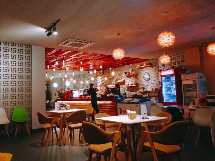 Sang nhượng quán cafe 600 triệu phố Trần Huy Liệu, 120 m2. Kinh doanh tốt, vỉa hè rộng.