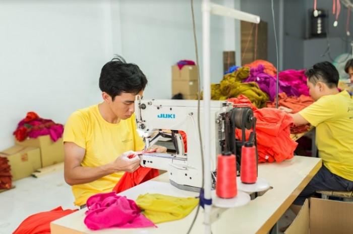 Đặt tiêu chí chất lượng luôn hàng đầu, sản phẩm may gia công áo đầm thời trang từ AnnA Uniforms luôn may kỹ đẹp tiêu chuẩn. l Đến trực tiếp hoặc gọi qua số HOTLINE: 0938 571 345 – 028 6267 8848 – 0983 610 550