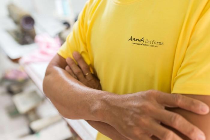 Đội ngũ thợ may áo thun đồng phục nhiều năm kinh nghiệm, tỉ mỉ trong từng đường may đến gia công, bảo đảm mang đến những sản phẩm tốt nhất cho khách hàng. | Đến trực tiếp hoặc gọi qua số HOTLINE: 0938 571 345 – 028 6267 8848 – 0983 610 550