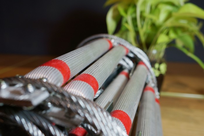 Thanh bậc thang làm bằng nhôm có đường kính 2cm, với khả năng chịu lực cao, chống rỉ, chống ăn mòn. Được thiết kế chống trơn trợt, giảm tối đa khả năng bị tuột tay hoặc trượt chân khi leo xuống.