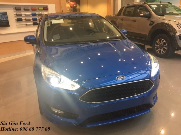 Khuyến mãi mua xe Ford Focus 2019, màu xanh dương, số tự động, giao xe trong 30 ngày.