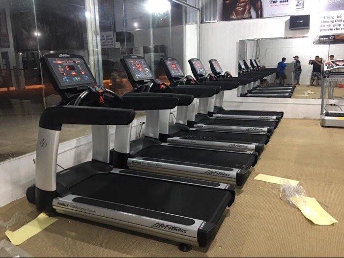 Máy chạy bộ phòng Gym life fitness giá cạnh trang0