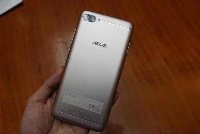 ZenFone 4 Max Pro được chế tác với thiết kế thân máy kim loại cao cấp và tinh tế trong từng chi tiết. Có 2 màu sắc cá tính cho bạn lựa chọn: Đen Biển Sâu, Vàng Nắng.
