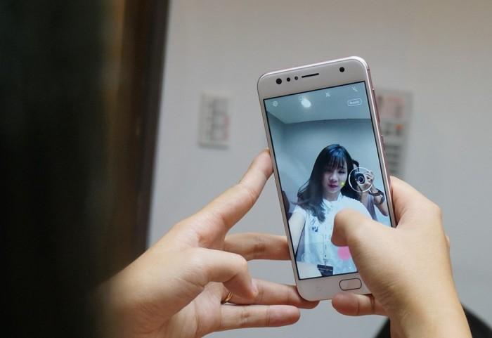 ZenFone 4 Max Pro kết hợp một camera trước 16MP xuất sắc với đèn LED flash Softlight và các tính năng làm đẹp trong thời gian thực để chụp những bức ảnh selfie lộng lẫy một cách dễ dàng. Đèn LED flash Softlight bổ sung một lượng ánh sáng hoàn hảo, cho ảnh selfie của bạn một cái nhìn mềm mại hơn với tông màu đích thực và nước da sáng bóng. Chế độ làm đẹp sẽ tự động sửa nét cho ảnh selfie của bạn, loại bỏ nhược điểm, cân bằng nét mặt, v.v... để tạo một cái nhìn hoàn hảo.