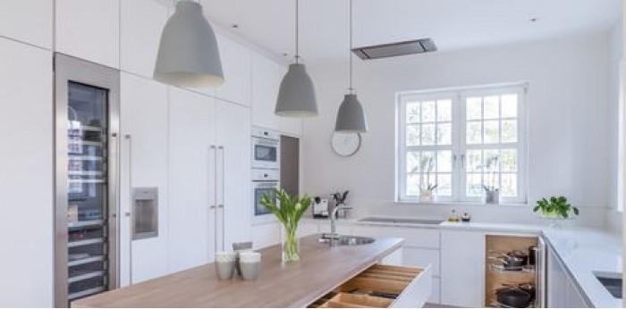 Tủ bếp chất liệu Acrylic dạng chữ L kết hợp bàn đảo – TBN0031 + Chất liệu và xuất xứ: Chất liệu Acrylic EU + Màu sắc và đặc tính: tắng sang trọng  + Hình dạng kích thước:Tủ bếp được thiết kế dạng chữ L theo phong cách hiện đại + Loại nhà và diện tích đặt bếp: Căn hộ gia đình, không gian phòng khoảng 20m2 + Dịch vụ cộng thêm: thiết kế miễn phí, theo dõi tiến độ online, tem chứng nhận, sms theo dõi bảo hành, bảo trì 24/7